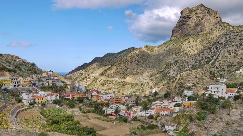 Das Dorf Vallehermoso mit dem Berg Roque Cano