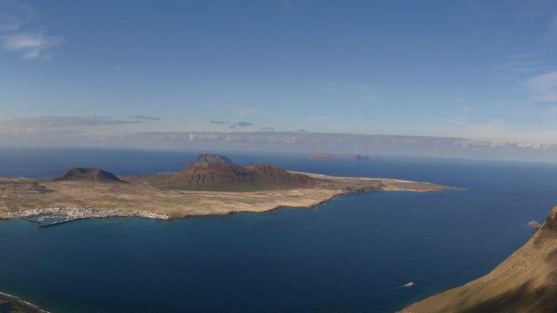 Blick auf den östlichen Teil der Insel La Graciosa und den Chinijo-Archipel (Montaña Clara und Alegranza)