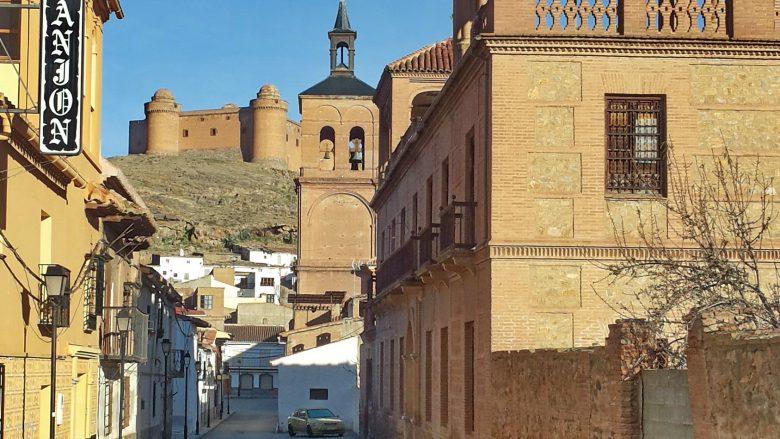 Straße in La Calahorra mit Blick auf das Castillo