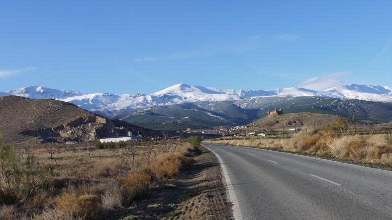 Blick auf die Burg Calahorra mit der schneebedeckten Sierra Nevada im Hintergrund
