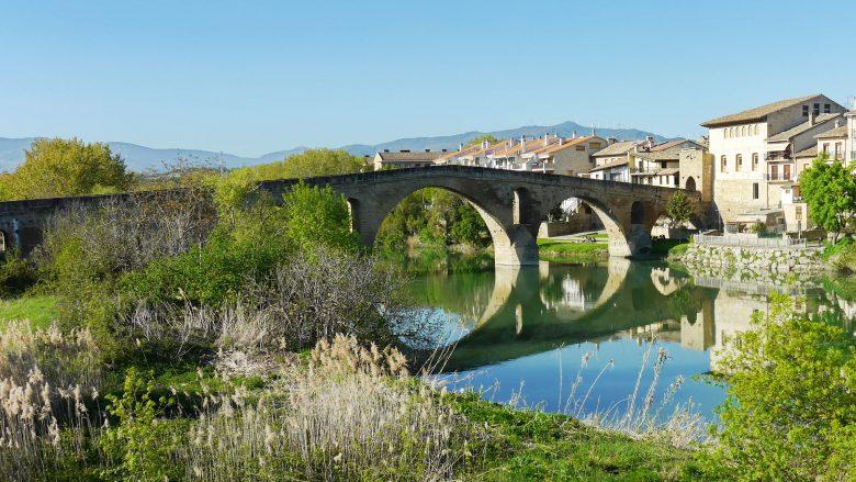 Die Brücke der Königin über den Fluss Arga