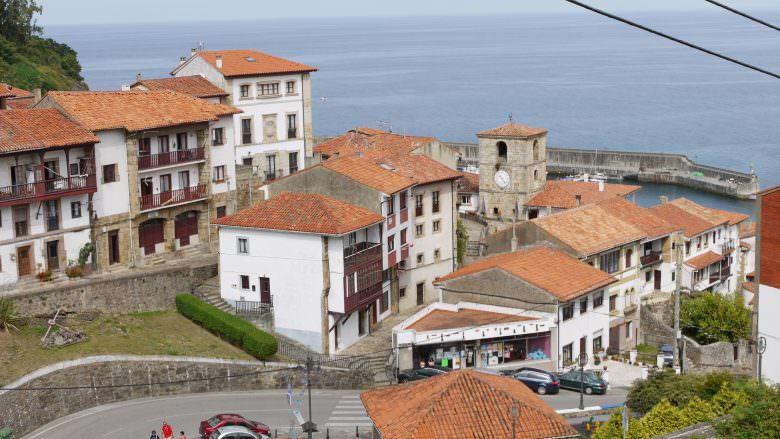 Blick auf die Kirche Santa María de Sábada und den alten Ortskern von Llastres in Asturien