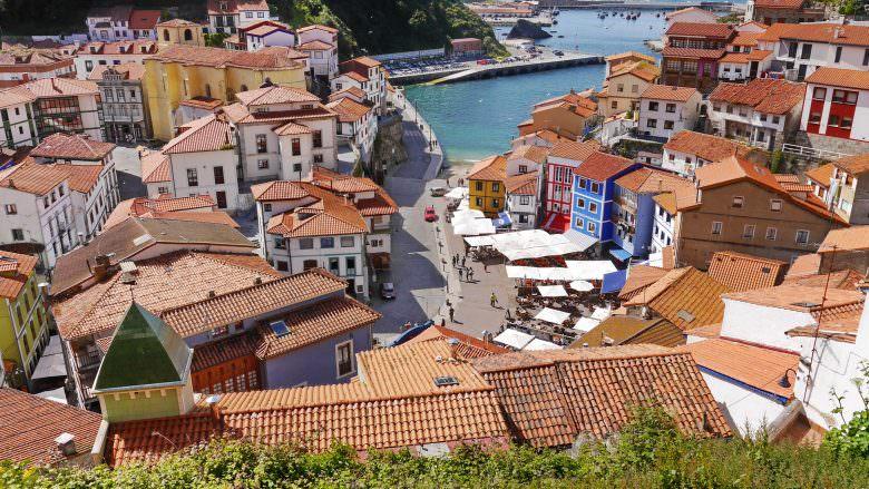 Blick über die Dächer von Cudillero auf den alten Hafen
