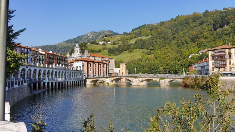 Der Fluss Oria und die Altstadt von Tolosa