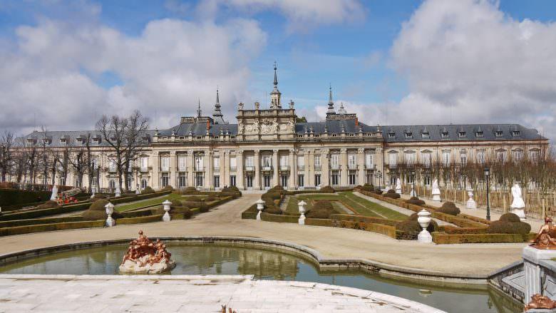 Der Palast Palacio Real de La Granja de San Ildefonso in der Sierra de Guadarrama