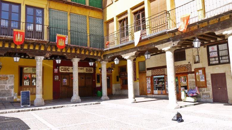 Die kleine Plaza Mayor in Tordesillas