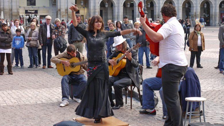 Musiker und Tänzerin auf dem Plaza Mayor in Madrid