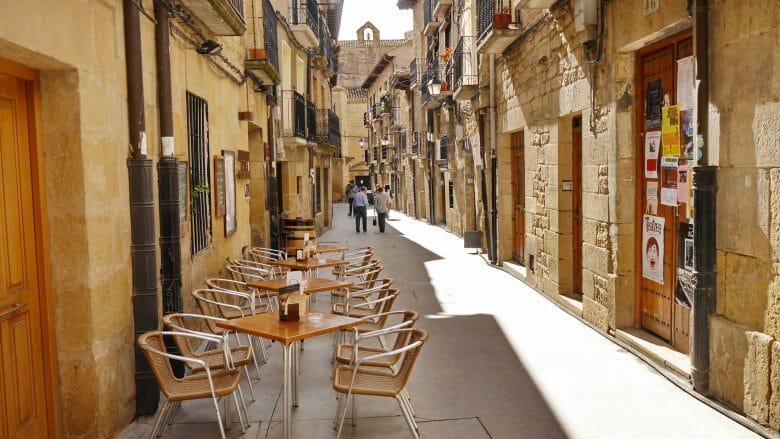 Enge Gasse mit Steinhäusern in der Altstadt von Laguardia