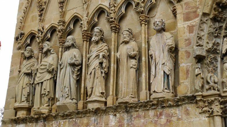 Apostel an der Fassade der gotischen Kirche Santa María La Real in Olite
