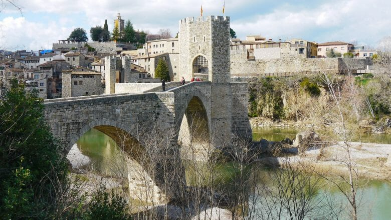 Die alte Brücke von Besalú über den Fluss Fluvià