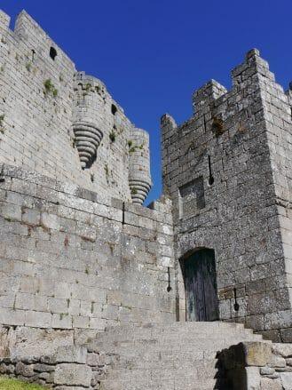 Eingang zum Hauptturm der Burg von Castro Caldelas