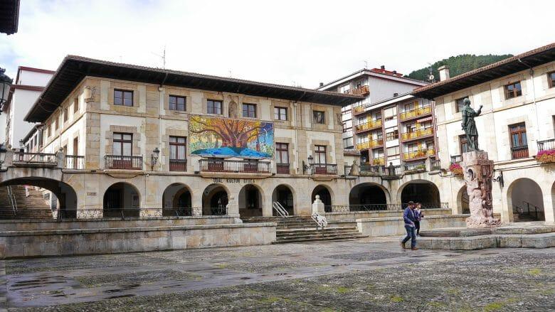 Zentraler Platz in Gernika mit dem Museum, Kulturzentrum und Rathaus