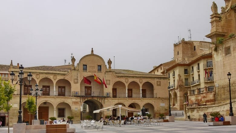Plaza de España mit dem Rathaus in Lorca