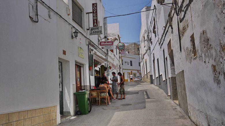 Weiße Häuser und enge Gassen in der Altstadt