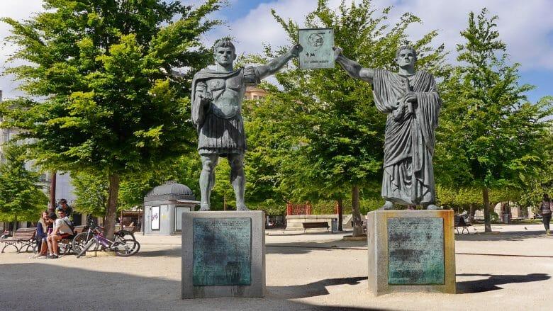 Statuen der römischen Stadtgründer auf der Praza Maior von Lugo