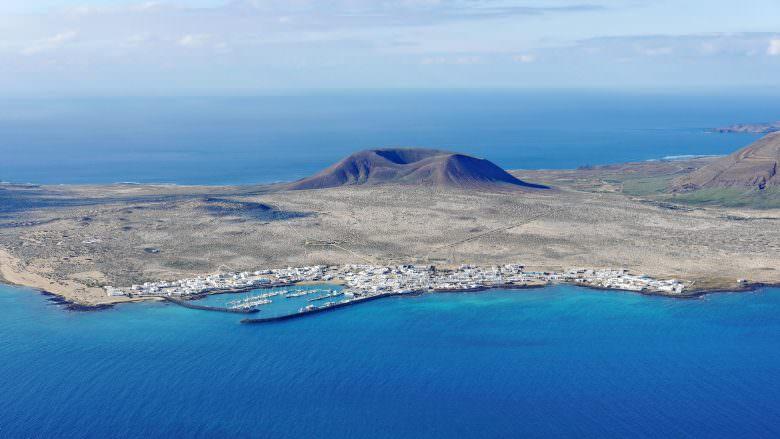 Der Westen der Insel La Graciosa mit dem Hauptort Caleta del Sebo und dem Vulkan Montaña del Mojón