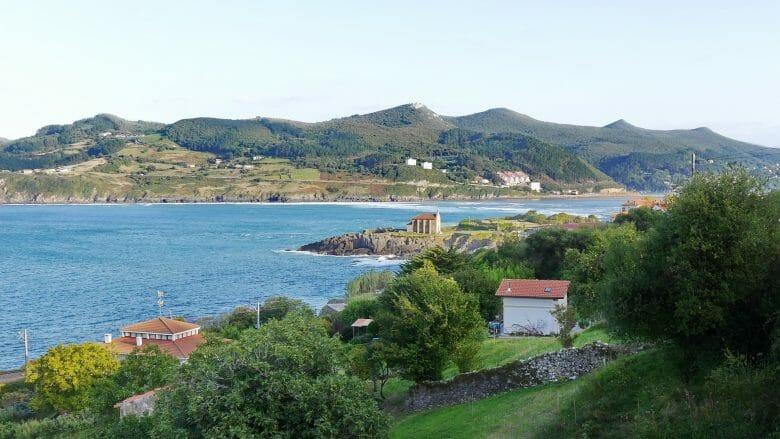 Mündung des Río Oca und die Kapelle Santa Katalina in Mundaka
