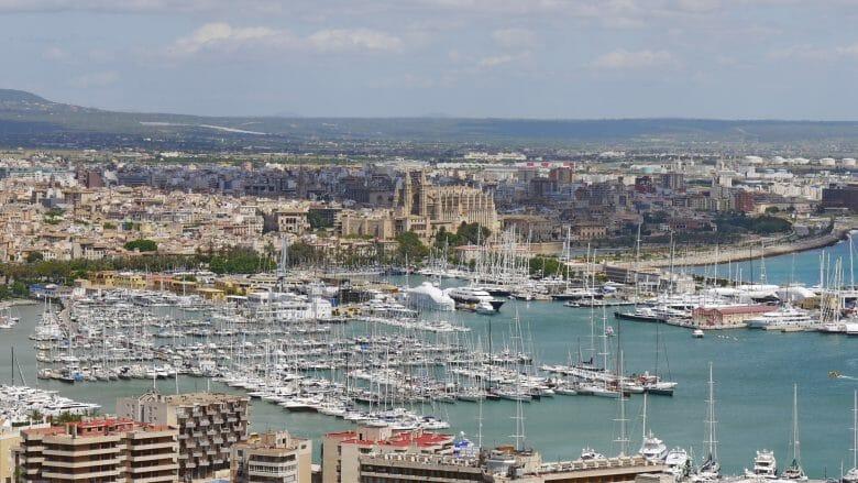 Blick auf den Jachthafen und die Kathedrale von Palma de Mallorca
