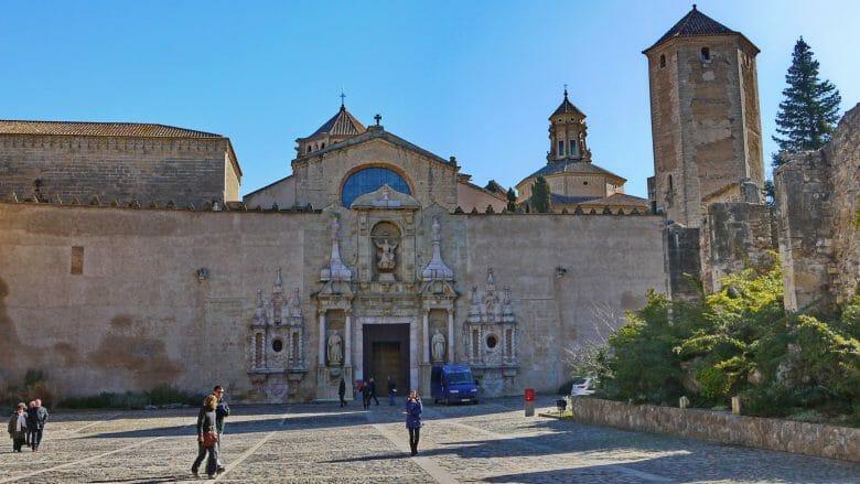 Die barocke Puerta Real führt in die Klosterkirche von Poblet