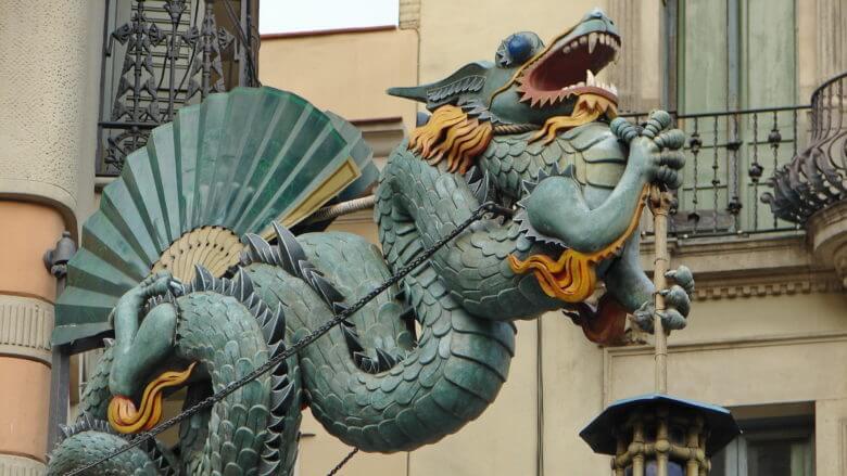Modernistischer Drachen an der Casa Bruno Cuadros an der Rambla in Barcelona