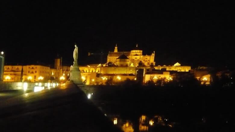 Mezquita bei Nacht