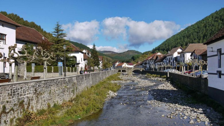 Das Städtchen Ochagavía im Salazar Tal in Navarra
