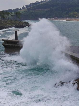Hafenmole bei schlechtem Wetter