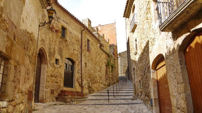 Mittelalterliche Gasse in Pals mit schönen Sandsteinhäusern