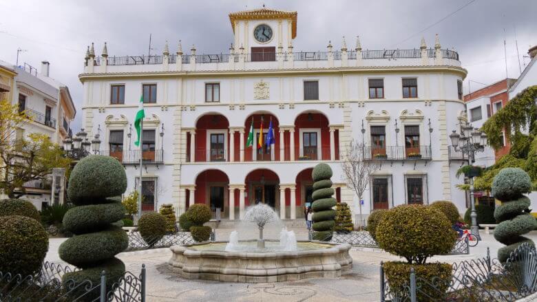 Das Rathaus von Priego de Córdoba an der Plaza de la Constitución