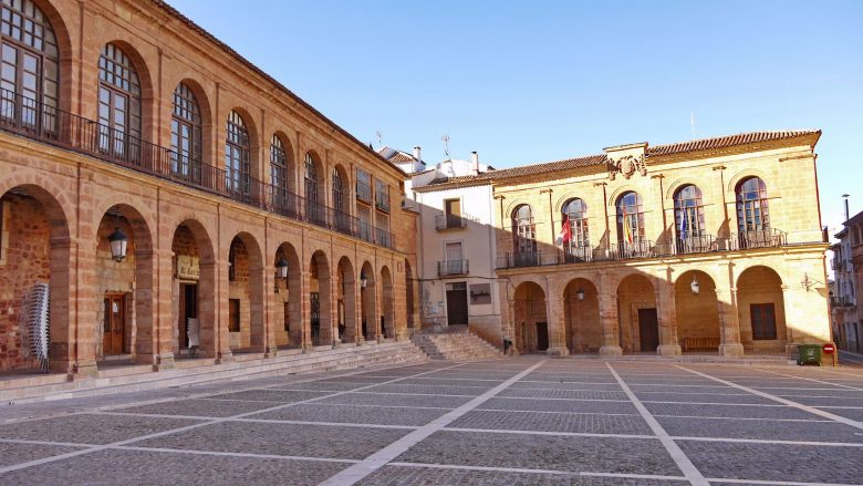 Lonja de la Regatería und Lonja del Alhorí (Rathaus) am Rande der Plaza Mayor