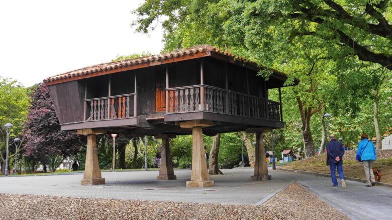 Ein Hórreo, der für Asturien typische Speicher, im Zentrum der Stadt