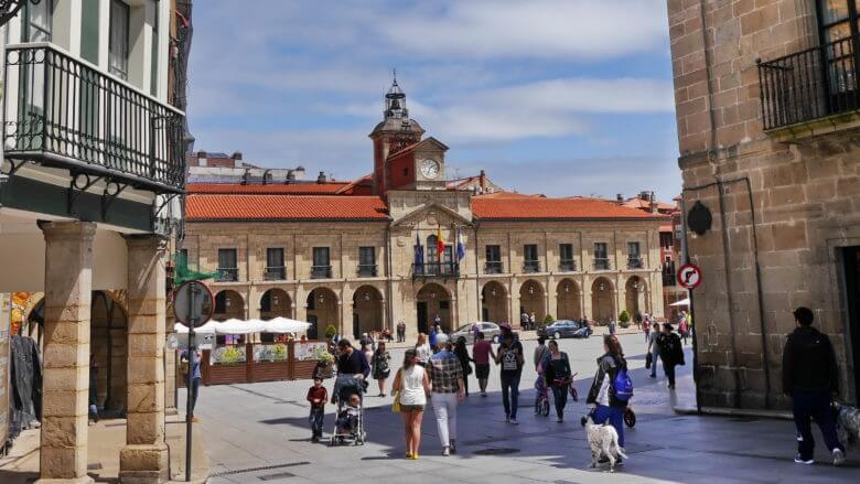 Die Plaza de España mit dem Rathaus von Avilés