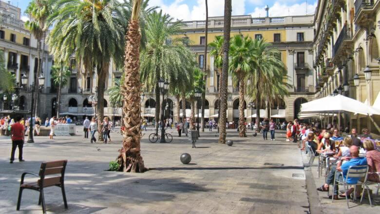 Die beliebte Plaça Reial im Barri Gòtic in Barcelona