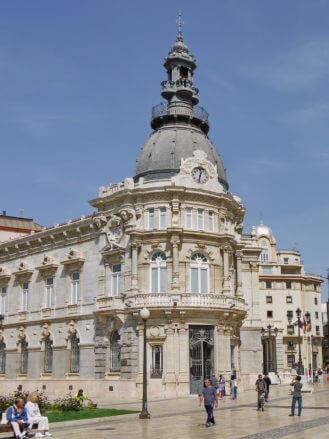 Der Palacio Consistorial von Cartagena mit weißen Fassaden aus Marmor