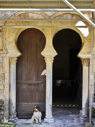 Maurisches Eingangsportal der Kirche mit Hund
