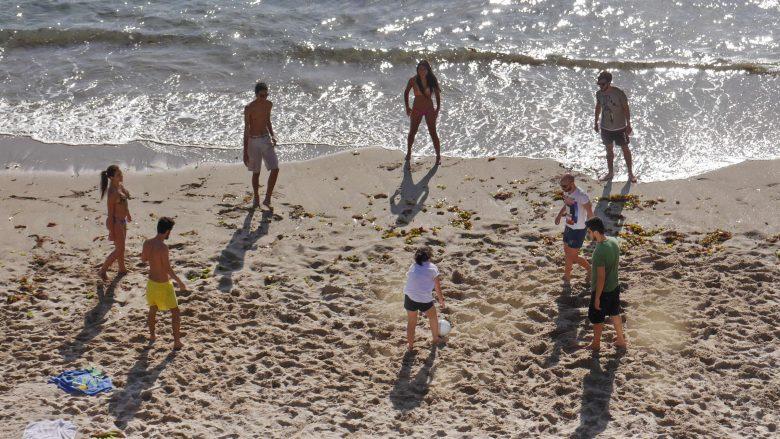 Abendliches Ballspiel am Playa del Matadero