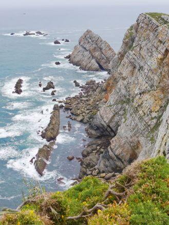 Die Felsenklippen verlaufen sich im Meer