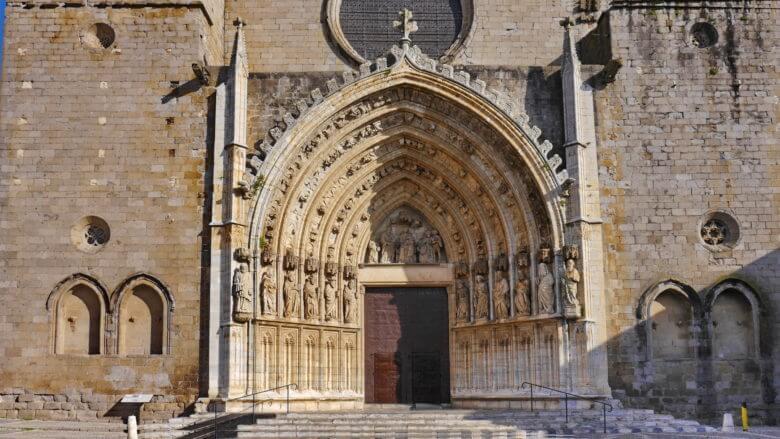 Hauptportal der Basílica de Santa María mit den 12 Aposteln in Castelló d'Empúries