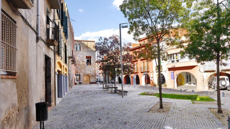 Kleiner Platz in der Altstadt mit den alten Gefängnis von Castelló d'Empúries