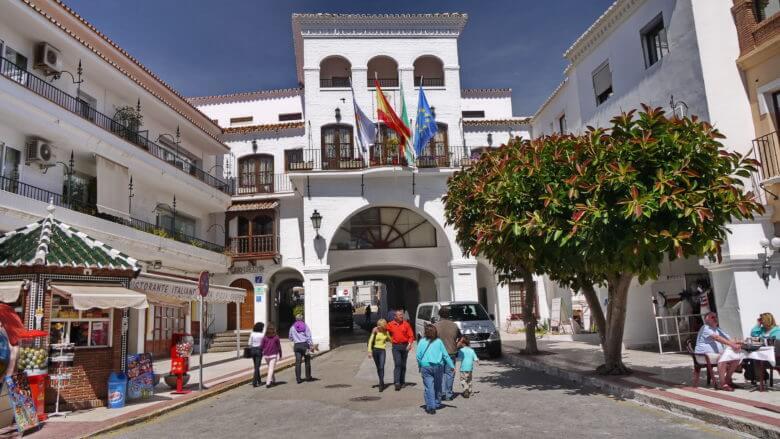 Rathaus mit der Tourist-Information von Nerja in der Calle Carmen