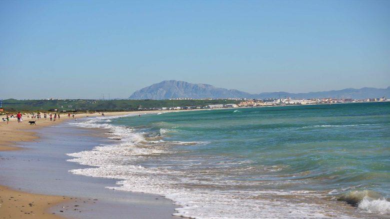 Playa Los Lances bei Tarifa mit den Bergen Afrikas im Hintergrund
