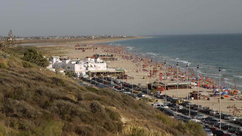 Voller Strand bei Conil im Sommer