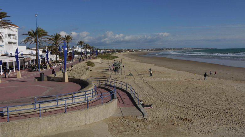 Strandpromenade und Playa de la Barrosa bei Sancti Petri (Chiclana)