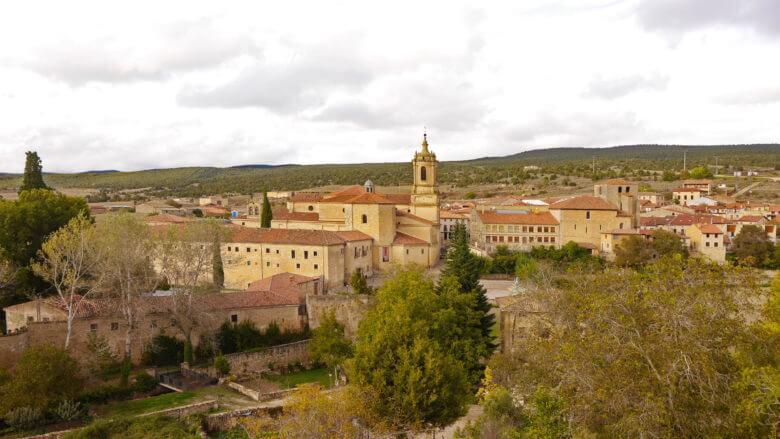 Blick auf das Kloster und die Pfarrkirche San Pedro in Santo Domingo de Silos