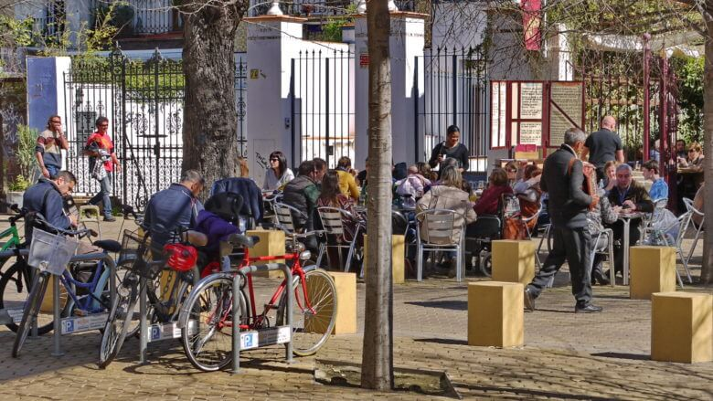 Straßencafé an der Alameda de Hércules in Sevilla