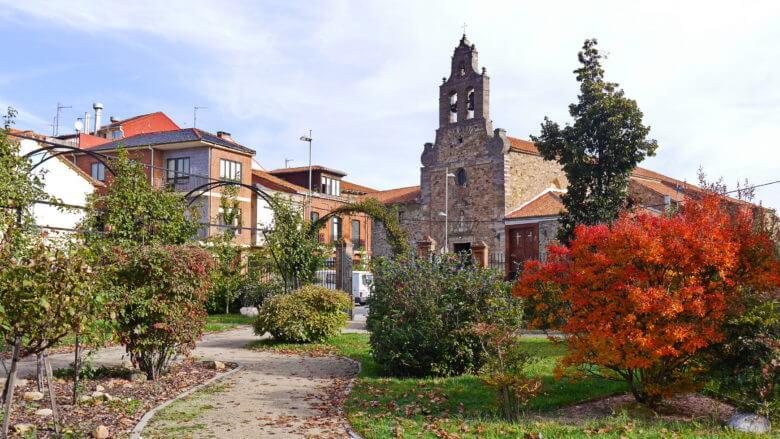 Gartenanlage in Astorga vor der San Francisco Kirche