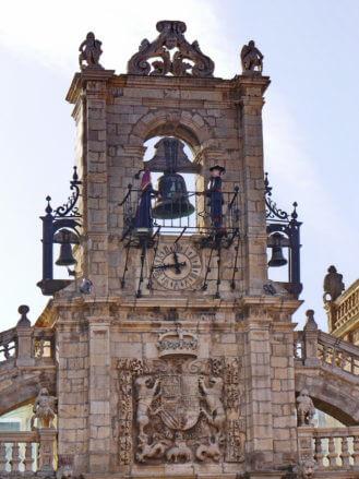 Figuren in der typischen Tracht der Maragatos am Rathaus von Astorga