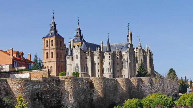 Kathedrale und Bischofspalast von Astorga hinter der römischen Stadtmauer