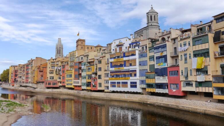 Girona: Bunte Häuser zu beiden Seiten des Flusses Onyar