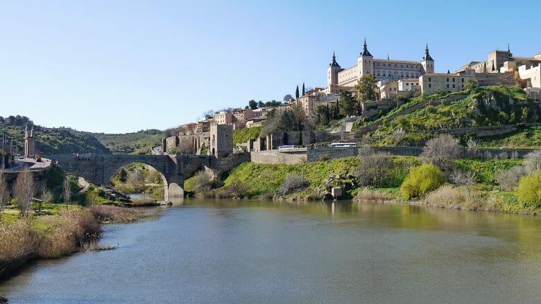 Der Alcázar von Toledo und die Brücke Alcántara über den Tajo